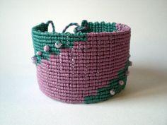 Macrame bracelet in purple and turquoise. Bracelet-cuff. por asmina