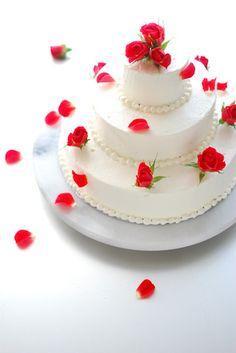ウェディングケーキにも、華やかさを添えるエディブルフラワーのトッピングがおすすめです。