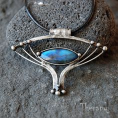 Oko vševidoucí Cínovaný přívěsek s labradoritem. Velikost přívěsku je 6,0 x 4,4 cm, zavěšeno na černé kulaté kůži o délce 45 cm (na přání možno upravit), zapínání na karabinku. Patinováno, leštěno, ošetřeno antioxidantem. K výrbě tohoto šperku byl použit bezolovnatý cín. Opal Jewelry, Jewelry Art, Jewellery, Art Haus, Soldering Jewelry, Making Ideas, Turquoise Bracelet, Cuff Bracelets, Jewelry Making