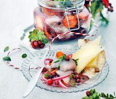 Klassisk julsill på ett nytt vis. De salta goda sillbitarna varvar du med en smakrik lag av både syrliga lingon, peppar och honung. Därefter ställs sillen in i kylskåpet och får kylas ner under minst ett dygn. Servera gärna lingonsillen till nykokt färskpotatis.
