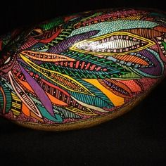 Galet de rivière tatoué, oiseau du paradis...beautifully painted ,colorful and detailed rock!