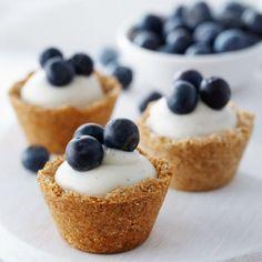 MINI TARTAS ( MUFFINGS- MAGDALENAS).. HECHAS IN HUEVOS.   RECETA ANNA OLSON http://www.annaolson.ca/recipe/details/blueberry-coconut-custard-mini-tarts   Azul crema de coco Tarta