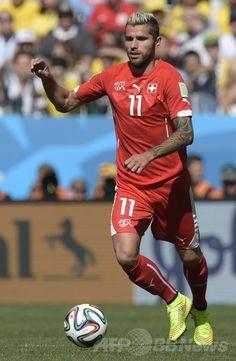 サッカーW杯ブラジル大会(2014 World Cup)決勝トーナメント1回戦、アルゼンチン対スイス。ボールをキープするスイスのヴァロン・ベーラミ(Valon Behrami、2014年7月1日撮影)。(c)AFP/JUAN MABROMATA ▼2Jul2014AFP|アルゼンチン、ディ・マリアの決勝点でスイスを破り8強 http://www.afpbb.com/articles/-/3019374 #Brazil2014 #Argentina_Switzerland_round_of_16