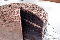 Denne kaken er saftig, mørk og syndig god. Gi deg i kast med en skikkelig sjokoladebombe og del denmed mange. Og hvis du lurer på hvorfor denne kaken blir så saftig og god så er det, tro det eller ei vannet i kakerøren som gjør det. Oppskriften er