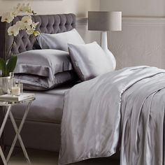ElleSilk's silver silk bed linen is made from the finest seamless Mulberry silk. Super luxury and comfortable. Best Bedding Sets, Bedding Sets Online, Luxury Bedding Sets, Comforter Sets, King Comforter, Bed Linen Design, Bed Design, Design Art, Black Bed Linen