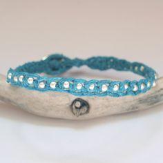 Von hand geknüpftes türkisblaues Charmarmband mit echten Sterling Silberkügelchen und einem einzigartigen Sterling Silberverschluss mit Blumenmotiv...