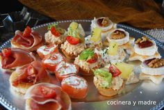Canapes varied cold and hot easy and rich for holidays Finger Food Appetizers, Appetizers For Party, Appetizer Recipes, Salad Recipes, Canapes Faciles, Party Entrees, Mini Cupcakes, Sushi, Buffet