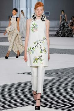 See the complete Giambattista Valli Fall 2015 Couture collection.