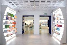 Muebles para farmacia - Mostradores para farmacia - Góndolas para farmacia - Mobiliario para farmacias Pharmacy Design, Retail Design, Beauty Shop Decor, Mobile Shop Design, Cosmetic Shop, Pop Display, Retail Merchandising, Pooja Rooms, Pop Design