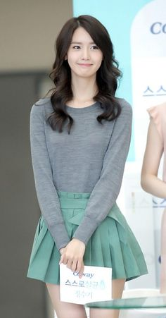 Yoona She's so cute, and I LOVE her skirt. This skirt is so cute! And it fits on Yoona perfectly! Kpop Fashion, Asian Fashion, Daily Fashion, Fashion Photo, Girl Fashion, Fashion Outfits, Yoona Snsd, Sooyoung, Black Hair