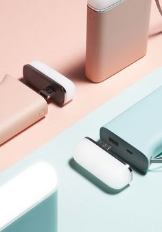 The beautiful Samsung Battery Pack with a unique Kettle Design, comes with a powerful battery and an innovative design coupled with exceptional. Id Design, Graphic Design, Accessoires Samsung, Trends 2016, Color Plan, Mint Blue, Minimal Design, Innovation Design, Industrial Design