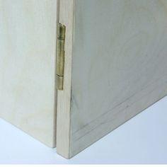 Встраиваемые наложения петли на кукольный дом книжный шкаф, показанный со стороны.