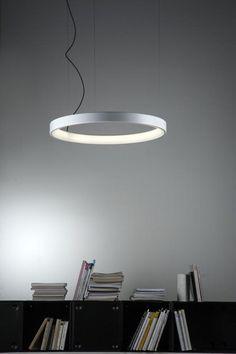 Martinelli  LunaOp, design Emiliana Martinelli. Un anello di luce sospeso nello spazio, progettato per ridurre al minimo il volume del diffusore. La cornice esterna è in alluminio (diametro cm 50 oppure 80, altezza cm 6,5)