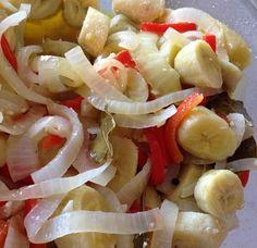Guineitos en Escabeche (Green bananas in Vinaigrette) If you like chicken gizzards (mollejitas), cook some until tender. Cut them in small pieces and add to the bananas. Puerto Rican Dishes, Puerto Rican Cuisine, Puerto Rican Recipes, Cuban Recipes, Spanish Recipes, Boricua Recipes, Comida Boricua, Escabeche Recipe, Mofongo Recipe