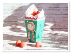 Popcorn-Box in Smaragdgrün, Vanille Pur und Wassermelone. Die äußere Box wurde mit den Schnörkeln aus Everything Eleanor bestempelt. Hingucker sind die ausgeschnittenen Buchstaben aus dem Set Labeler Alphabet, aneinandergereiht auf schwarzem Metallic Flair. #stampinup #kreativdurcheinander #summertime #popcornbox