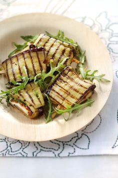 Gegrilde auberginepakketjes met geitenkaas, mozzarella en basilicum..