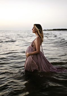 Sunset maternity photos in Florida - - Schwangerschafts Fotos - Pregnancy Photos Beach Maternity Pictures, Sunset Maternity Photos, Maternity Dresses For Photoshoot, Family Maternity Photos, Photoshoot Ideas, Photoshoot Beach, Sunset Photos, Beach Pregnancy Photos, Pregnancy Photo Shoot