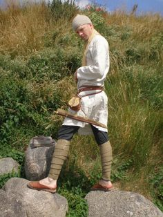 leg wrappings secured with a small bronze hook Renaissance, Viking Age, Medieval Clothing, Akita, Larp, Character Inspiration, Mythology, Vikings, Male Clothing