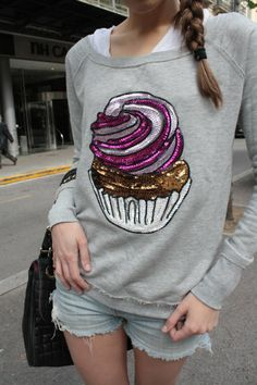 Dare to DIY in English: DIY Sequined Cupcake look ! I lovee it ^_^ < 33 ; Pink Fashion, Fashion Prints, Fashion Design, Diy Bead Embroidery, Unique Style, Shirt Print Design, Painted Clothes, Diy Sweatshirt, Fashion Project