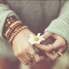 photography pretty beauty girl cute fashion beautiful sweater photo summer hippie hipster boho indie Model hands ring flower flowers brown g. Hippie Man, Hippie Boho, Hippie Life, Happy Hippie, Boho Life, Boho Gypsy, Hippie Style, Bohemian Style, Sky E