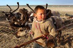 """Kayıp Türkler """"Dolganlar""""   Rusya Federasyonu'nun Taymır bölgesinde yaşayan azınlık halklar arasında yer alan Dolgan Türkleri'nin nüfusu bazı kaynaklara göre 5000 bazılarına göre ise 7000 kadar…   Dolgan Türkleri dünyada soyu tükenmekte olan azınlık halklar arasında yer alıyor. Dilleri Türk dil grubunun Altay ailesinin Dolgan şivesidir. Dolganlar kendilerine """"tıa-kihi"""", """"orman insanları"""" ya da """"göçebe insanlar"""" demektedirler. Halk genelde geyikçilik, avcılık ve balıkçılıkla geçimlerini sağ"""