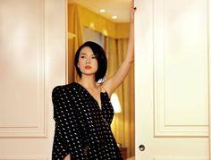 Latest Chinese News Lesson: Zhang Ziyi – Chinese beauty and actress. Zhang ZiYi shì Zhōngguó fēicháng yǒumíng de míngxīng. Zhang ZiYi 是 中国 非常 有名 的 明星。 www.gurulu.com