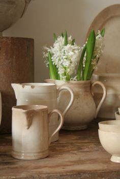 Hyacinths in Vintage (Buttered) Ironstone - Ironstone Pitcher - Servies en Brocante White Dishes, White Pitchers, Vibeke Design, French Country Decorating, Vintage Kitchen, Vintage Dishes, Cottage Style, Farmhouse Decor, Farmhouse Pitchers