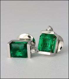 34189f656db9 Aretes de esmeralda adornada con un diamante.