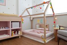 A cama de Alice virou atração no quarto da pequena. Projetada com muito carinho a cama recebeu uma armação de casinha que futuramente dará para estender um tecido na casinha para a menina brincar. ...