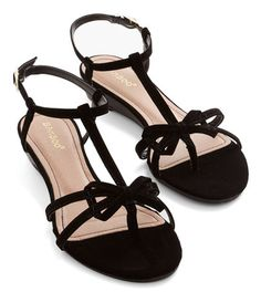 cute bow sandals  http://rstyle.me/n/jb2iwpdpe