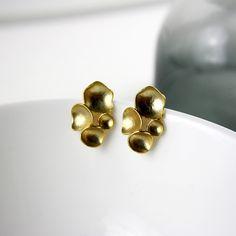 Vergoldete Ohrstecker, die alle Blicke auf sich ziehen werden. Größe: 17x25mm  Farbe: gold Material: Messing vergoldet, 925 Silber Stecker