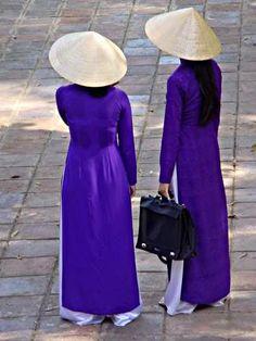 Les jeunes filles à Hue avec chapeau conique
