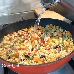Ayrı ayrı sebze kızartma yok 😍 En sevdiğim pilavlardan 🤭 rengiahenk pilavım ile geldim yanınıza bu akşam 😌 akşam yemeklerinizi ve misafir sofralarınızı şenlendirecek bi güzellikte 🤗 sesli anlatımım ve tüm detayları ile YouTube kanalıma yükledim , buraya da ayrıntılı tarifi isteyenler kalp bırakabili... Taco Pizza, Iftar, Kitchen Art, Paella, Fried Rice, Macaroni And Cheese, Good Food, Vegetables, Instagram