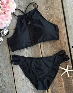 The weekend's calling and it wants you. We think you've hit the mark with this cool black bikini set! Expose your body in the sun, pair your favorite hat and sunglasses to show your chic style.