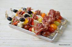 6 rețete de aperitive rapide reci pentru platouri festive românești tradiționale | Savori Urbane Lidl, Romanian Food, Chow Chow, Appetizers, Snacks, Bar, Ham, Tapas Food, Appetizer
