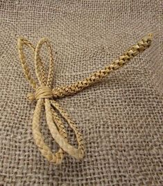 Dragonfly Favour Something different to give your guests on your special day. Or how about a lovely way to say thank you to your bridesmaids and flower girls. Flax Weaving, Straw Weaving, Willow Weaving, Paper Weaving, Basket Weaving, Corn Dolly, Hawaiian Crafts, Straw Art, Straw Crafts