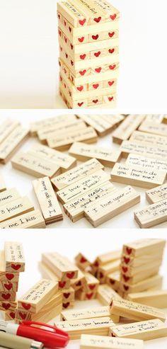 Compra un jenga y en cada bloque escribe un mensajito