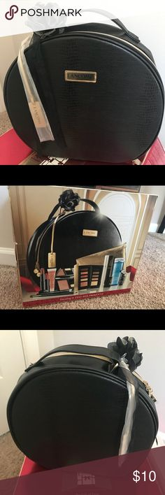 NEW Lancôme Black Round Zippered Make-up Case Brand new in box beautiful Lancôme makeup case. Lancome Bags Cosmetic Bags & Cases
