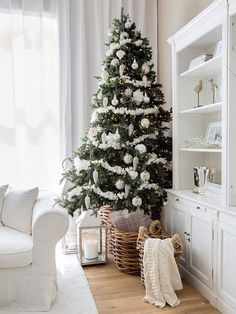Can you welcome Christmas and celebrate it without decorating your home and purchasing a Christmas tree? Do you want catchy Christmas tree decoration Christmas Mood, Noel Christmas, Rustic Christmas, All Things Christmas, Christmas Fireplace, Fireplace Mantel, Coastal Christmas, Fireplace Decorations, Cottage Christmas