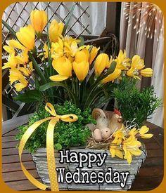 Basket Flower Arrangements, Flower Centerpieces, Flower Decorations, Spring Decorations, Easter Plants, Easter Flowers, Tulips In Vase, Plant Basket, Easter Table
