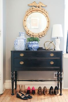 Chinoiserie Chic: The Tiny Chinoiserie Entryway with Federal Mirror