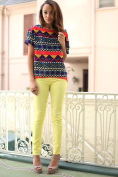 love the pattern and colored jeans...