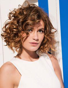Un carré plongeant sur cheveux bouclés - Coupes de cheveux, les tendances du printemps/été 2016 - Femme Actuelle