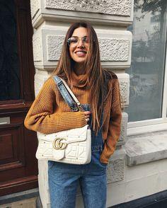 Negin Mirsalehi. Look com macacão, suéter de lã, e bolsa branca. Guita Moda: Marrom conhaque: a cor que você nem imaginava que era tão cool
