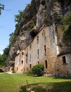 Habitat semi-troglodytique,  Vallee de la Vezere, Perigord.  France
