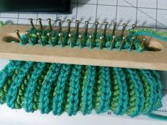 Figure eight stitch on an Authentic Knitting Board Tadpole loom. Creates a lovey double sided fabric - cross stitch on one side and stockinette on the other. Loom Knitting Stitches, Spool Knitting, Knifty Knitter, Loom Knitting Projects, Weaving Projects, Laine Chunky, Crochet Patron, Loom Craft, Crochet Crowd