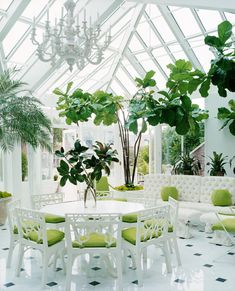 A conservatory dining room— how dreamy does it get!?
