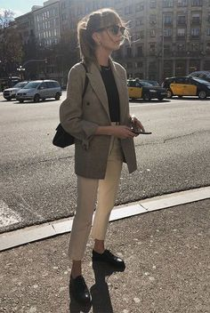 Lizzy Hadfield wearing a grey blazer, a black t-shirt, white ankle pants, black oxford flats, clubmaster sunglasses and a black shoulder bag. Spring Work Outfits, Casual Work Outfits, Mode Outfits, Work Casual, Winter Outfits, Casual Boots, Casual Dresses, Casual Office, Office Attire