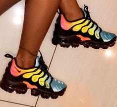 89 Nike Air Vapormax Plus Tropical Sunset Damen-Sonnenbrille Sneaker Cute Sneakers, Sneakers Nike, Nike Trainers, Colorful Sneakers, Adidas Shoes Outfit, Boot Over The Knee, Souliers Nike, Sneakers Fashion, Fashion Shoes