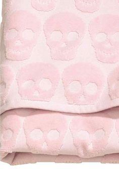 Toalla de baño: Toalla de baño en algodón rizado de tejido de jacquard con colgador en los extremos.